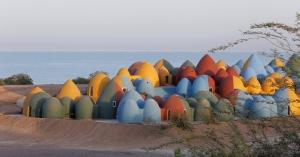 【綠建築】霍爾木茲島:為當地居民注入一線生機的多彩小屋