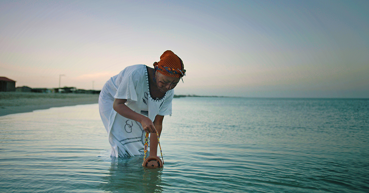 【永續設計】WaterLight:用木筒舀起滿滿的海水,然後,燈就亮了